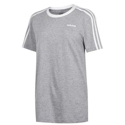 Szara koszulka z białymi paskami na rękawkach Adidas. Dekolt klasyczny okrągły. Rozmiar L