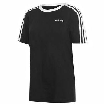 Czarna koszulka z białymi paskami na rękawkach Adidas. Dekolt klasyczny okrągły. Rozmiar M